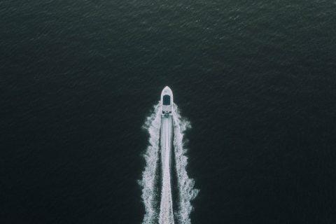 En speedbåd set fra oven