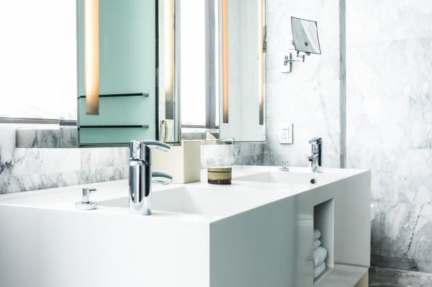 håndvask i hvidt badeværelse