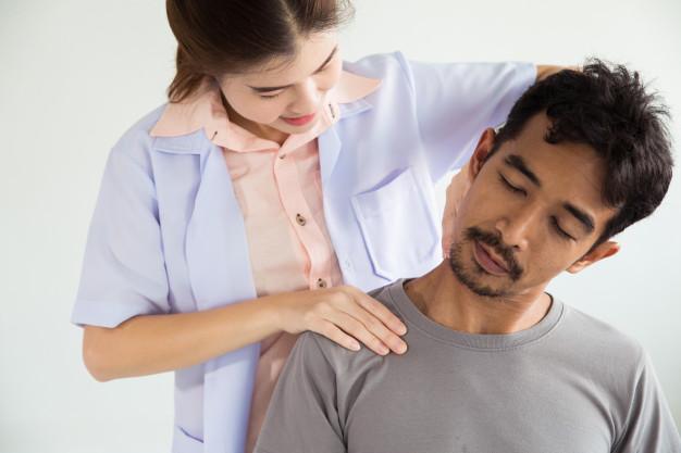 mand får osteopatisk behandling