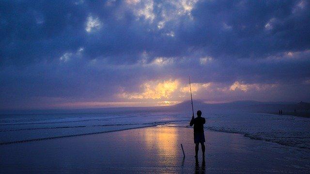 lystfisker ved solopgang